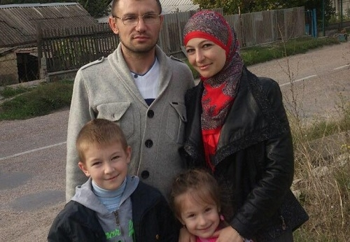 Emir-Usein Kuku with his family. Photo: 15-minut.org