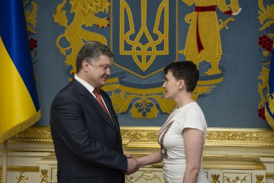 Poroshenko gives Savchenko the award of Hero of Ukraine. Photo: president.gov.ua
