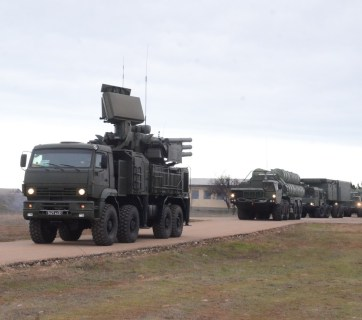 A Russian S-400 Triumf (NATO reporting name: SA-21 Growler) anti-aircraft weapon system being deployed in the Putin-annexed Ukrainian peninsula of Crimea near the city of Sevastopol (Image: Russian MoD)