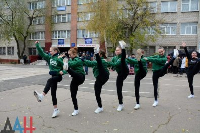 "Singing and dancing at the polling stations in Donetsk at photos by DAN, ""DNR"" official news agency."