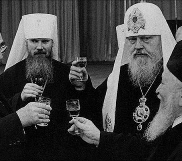 The head of the Soviet Communist party and state Leonid Brezhnev with hierarchs of the Russian Orthodox Church of Moscow Patriarchate then-Metropolitan Alexy II and Patriarch Pimen, and the head of the Moscow Choral Synagogue Rabbi Jakov Fishman at the reception celebrating the 60th anniversary of the Communist Revolution of 1917 on October 7, 1977 (Photo: Wikipedia)