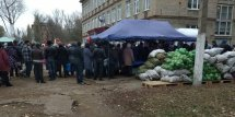 Typical picture of the elections in the occupied Donbas: a queue near a polling station to buy half-price vegetables upon presentment by voters of a coupon they received together with ballot papers. Donetsk Oblast, 11 November. Source: Twitter/hochu_dodomu