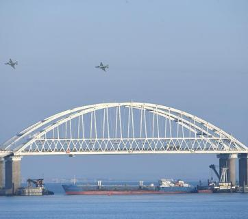 Russia's Su-25 fighter jets cruising over the Kerch bridge while a Russian oil-tank ship blocked passage for three Ukrainian boats. Kerch Strait, 25 November 2018. Photo: kerch.fm