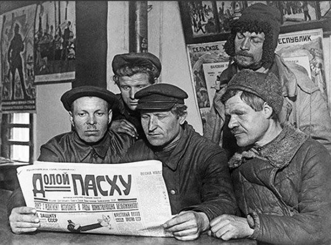 Ukrainian workers reading about the Easter ban, 1923