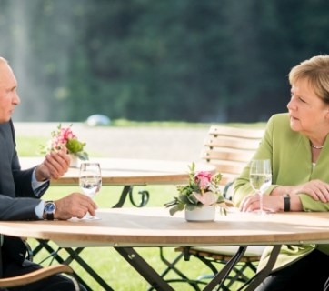 August 18, 2018 meeting between Vladimir Putin and Angela Merkel. Photo: Bundesregierung/Kugler