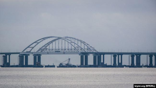Во время строительства Керченского моста Россия блокировала проход кораблей в украинские порты