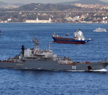 Russian Navy's Ropucha-class large landing ship going through the Bosporus Strait. Istanbul, Turkey, 2014 (Photo: Wikimedia Commons)
