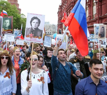 Muscovites celebrating May 9, the Day of Victory in the so-called Great Patriotic War of 1941-1945, in 2019. Russia prefers to forget that it started the World War II on the German side in September 1939 by invading and partitioning Poland with Hitler's Germany. (Photo: dsnews.ua)