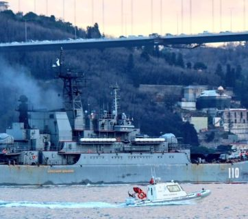 Russian Navy's Ropucha-class large landing ship going through the Bosporus Strait in Istanbul, Turkey. (Photo: twitter.com / @YorukIsik)
