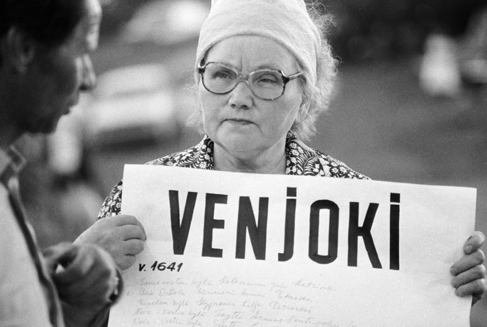 Woman holding a sign with the name of a dead Finnish village whose inhabitants were sent to GULAG and never came back. Summer 1989. (Image: RIAN)