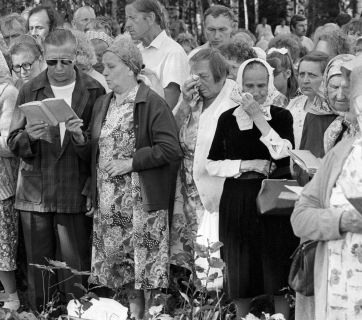 Ingermanland Finns attend a memorial service for tens of thousands of their people destroyed by Stalin's genocidal policies at an old Finnish cemetery in Koltushi village on June 24, 1989. (Image: RIAN)