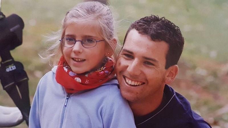Celia Barquin, de niña, con Sergio Garcia