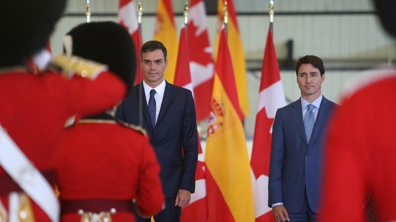 El presidente del Gobierno, Pedro Sanchez, y el primer ministro de Canada, Justin Trudeau, pasan revista a las tropas con motivo de la visita del presidente espanol a Canada