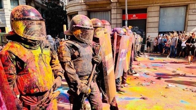 Independentistas lanzaron y rociaron polvo de colores a los Mossos