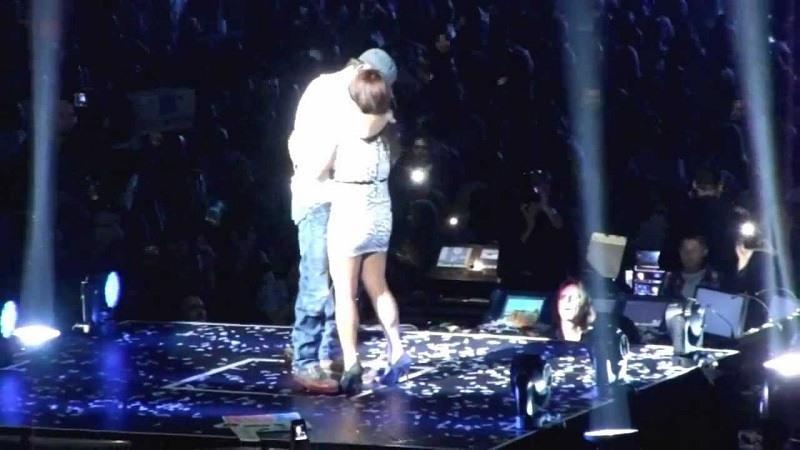 Enrique Iglesias besa de manera apasionada a sus fans en el escenario