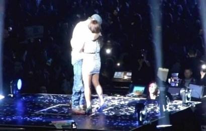 ¡Enrique Iglesias besa de manera apasionada a sus fans en el escenario!