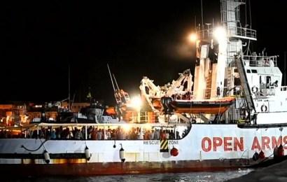Los inmigrantes del Open Arms desembarcan en Lampedusa tras la orden de la fiscalía italiana
