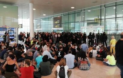 Los manifestantes independentistas colapsan el aeropuerto de El Prat en Barcelona