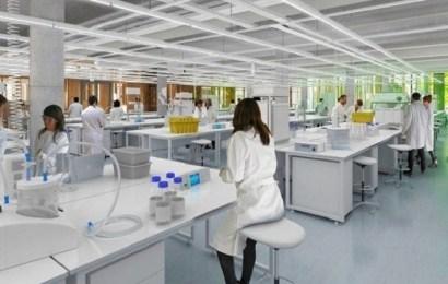 AstraZeneca interrumpe un ensayo clínico de la vacuna de Oxford para la covid-19