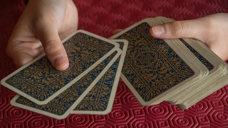 Tarotista con cartas