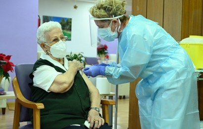Una interna y una técnico de cuidados auxiliar de enfermería de la residencia Los Olmos, de Guadalajara, las primeras vacunadas frente a la COVID-19