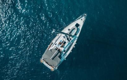 Surcar las costas de Ibiza en barco