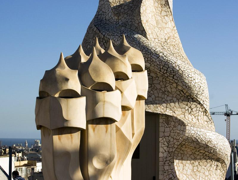 Chimeneas en la azotea de la casa Mil III Obra de Antoni Gaud Barcelona