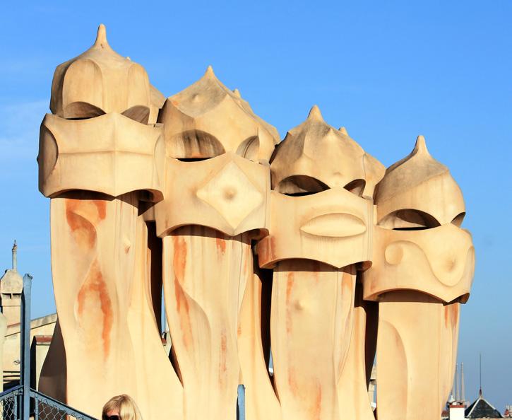 Chimeneas en la azotea de la casa Mil II Obra de Antoni Gaud Barcelona