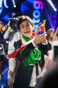 Vincenzo Cantiello col trofeo dello JESC 2014