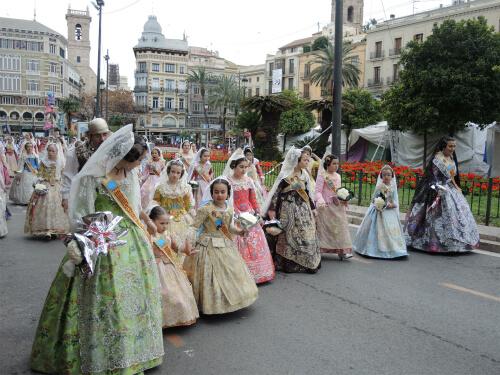 献花パレードに参加するFallera