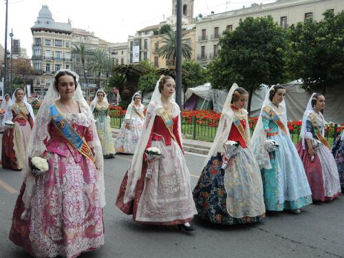 献花パレードオフレンダに参加する少女たち