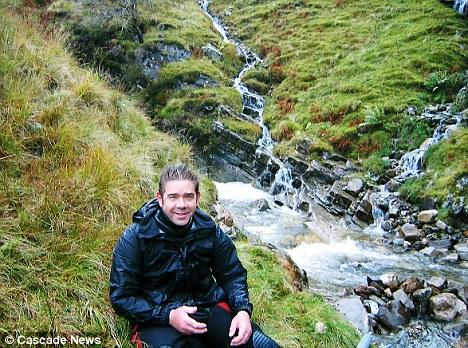 В таких ледяных реках в течение 6 месяцев Джон искал золото