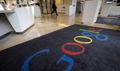 Alfombra con el logo de la compañia en una de sus oficinas