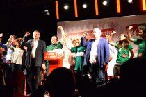 Miembros del partido celebran el inicio de la campaña.