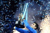 ARA1. London (United Kingdom), 22/11/2015.- Serbia's Novak Djokovic lifts the ATP Tour Finals trophy following his two sets win over Switzerland's Roger Federer at the ATP Tour tennis finals tournament at the O2 Arena in London, Britain, 22 November 2015. (Londres, Tenis) EFE/EPA/ANDY RAIN