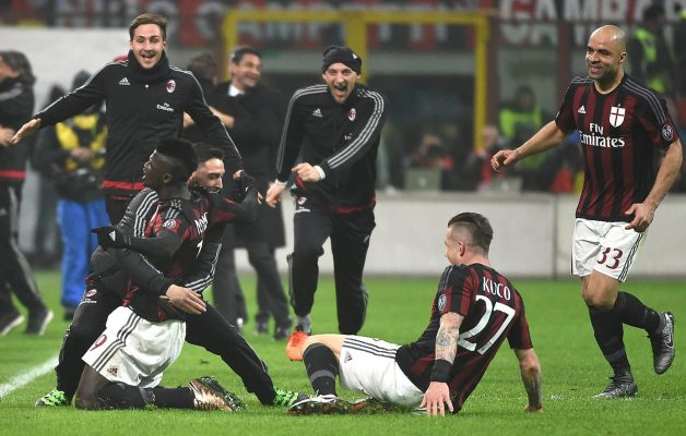 . Milan (Italy), 31/01/2016.- Milan's forward Mbaye Niang (L) celebrates with his teammates after scoring the 3-0 goal during the Italian Serie A soccer match between Ac Milan and Fc Internazionale at the Giuseppe Meazza stadium in Milan, Italy, 31 January 2016. (Italia) EFE/EPA/DANIEL DAL ZENNARO