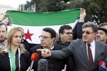 El portavoz del Alto Comité de Negociación (HNC, por sus siglas en inglés), Salem Meslet (d), y dos miembros del Comité, Riad Naasam Agha (2-d) y Fara Atassi (i), se dirigen a los medios frente a la sede de Naciones Unidas en Ginebra, Suiza, hoy 2 de febrero de 2016. Las negociaciones de paz para Siria prosiguen hoy tras la primera reunión formal de trabajo el lunes del mediador de la ONU con la delegación de la oposición. EFE/Salvatore Di Nolfi