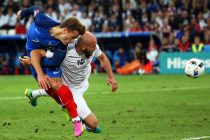 . Marseille (France), 15/06/2016.- Antoine Griezmann (L) of France in action against Arlind Ajeti (R) of Albania during the UEFA EURO 2016 group A preliminary round match between France and Albania at Stade Velodrome in Marseille, France, 15 June 2016. France won 2-0. (RESTRICTIONS APPLY: For editorial news reporting purposes only. Not used for commercial or marketing purposes without prior written approval of UEFA. Images must appear as still images and must not emulate match action video footage. Photographs published in online publications (whether via the Internet or otherwise) shall have an interval of at least 20 seconds between the posting.) (Marsella, Francia) EFE/EPA/OLIVER WEIKEN EDITORIAL USE ONLY