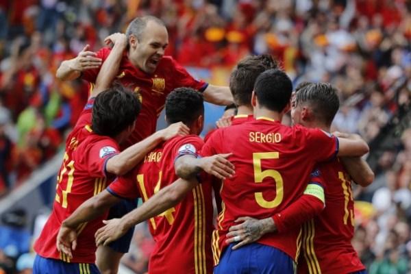 El defensa de la selección española Gerard Piqué celebra con sus compañeros el gol que ha marcado durante el partido España-República Checa del Grupo D de la Eurocopa de Fútbol de Francia 2016, que se disputa hoy, 13 de junio de 2016, en el Estadio Municipal de Toulouse (Francia). EFE/JuanJo Martín