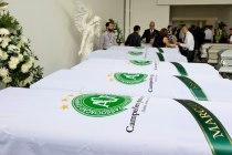 Vista de los ataúdes con los restos de los miembros del equipo de fútbol brasileño Chapecoense, en una funeraria en Medellín, Colombia, el 1 de diciembre de 2016. Foto Xinhua / http://www.jornada.unam.mx