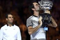 -FOTODELDIA- MLB MELBOURNE (AUSTRALIA) 29/01/2017.- El tenista suizo Roger Federer besa su trofeo tras vencer al mallorquín Rafael Nadal (i) en la final del Abierto de Australia disputada en Melbourne, Australia, hoy, 29 de enero de 2017. Federer conquistó su quinto título del Abierto de Australia, el 18 Grand Slam de su carrera, al impornerse por 6-4, 3-6, 6-1, 3-6 y 6-3. EFE/Lukas Coch PROHIBID SU USO EN AUSTRALIA Y NUEVA ZELANDA