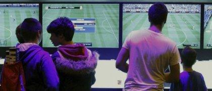 Varios jóvenes prueban un juego de fútbol durante la primera edición de Madrid Games Week. EFE/Ballesteros