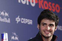 GRA129. MADRID, 29/11/2014.- Carlos Sainz, nuevo piloto de Fórmula Uno, durante la rueda de prensa ofrecida hoy en Madrid tras confirmarse su fichaje por la escudería Toro Rosso. EFE/Fernando Alvarado