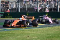 MLB. Melbourne (Australia), 26/03/2017.- Spanish driver Fernando Alonso of McLaren Honda drives ahead of Mexican driver Sergio Perez of Sahara Force India during the 2017 Formula One Australian Grand Prix at Albert Park GP Circuit in Melbourne, Australia, 26 March 2017. (Fórmula Uno) EFE/EPA/TRACEY NEARMY AUSTRALIA AND NEW ZEALAND OUT