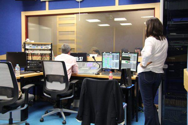 25/04/2017 VILLAVICIOSA DE ODÓN. Pepa Bueno en los estudios de radio con los alumnos durante el taller que impartió con motivo de la Semana de la Comunicación. Foto: Rebecca Sánchez