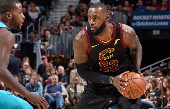 LeBron James destacó con un triple-doble ante los Hornets. Fuente: David Liam Kyle/NBAE via Getty Images.