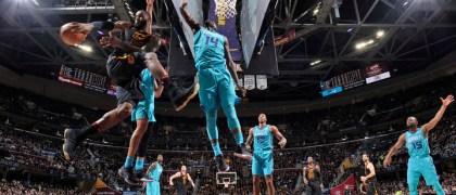 El 'Rey' guía a su equipo hacía la derrota de los Hornets. Fuente: David Liam Kyle/NBAE vía Getty Images