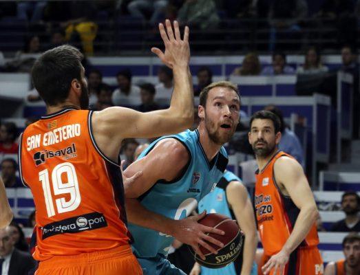 Brown protege un balón ante San Emeterio / EFE/J.J. Guillén
