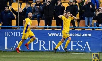 El jugador del Alcorcón Álvaro Peña celebrando el gol que ha marcado de penalti ante el Tenerife. Fuente: AD Alcorcón