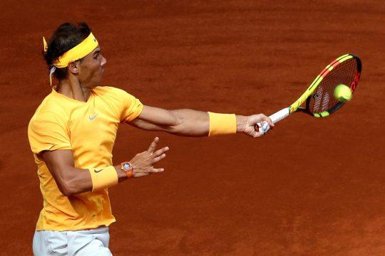 Rafael Nadal dando un golpe de derecha ante el francés Gäel Monfils. Fuente: EFE/Kiko Huesca